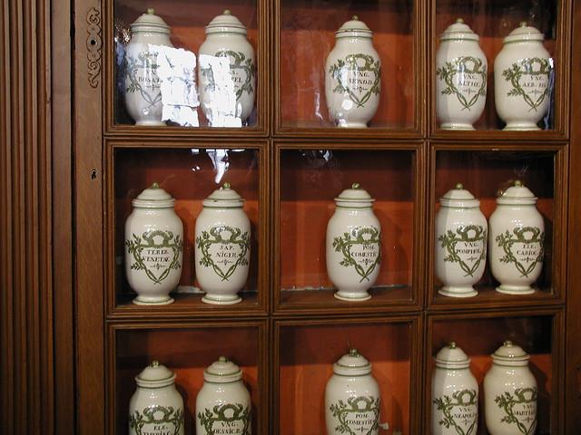 20031004_034_hospices_de_Beaune_apothecary_jars