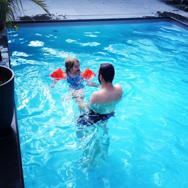 Dag 5: die met snel nog efkes gaan zwemmen voor het avondeten. Leve tante zwembad! #67daysofsummer