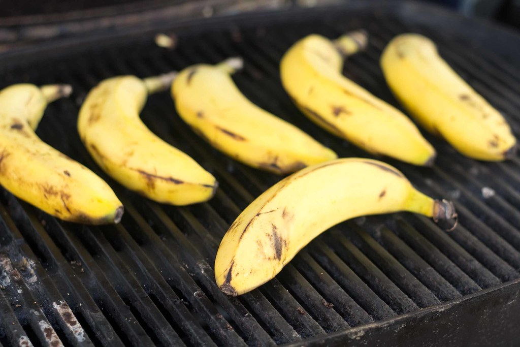 Grillet banan med brun farin, vaniljeis & chokoladesauce (1)