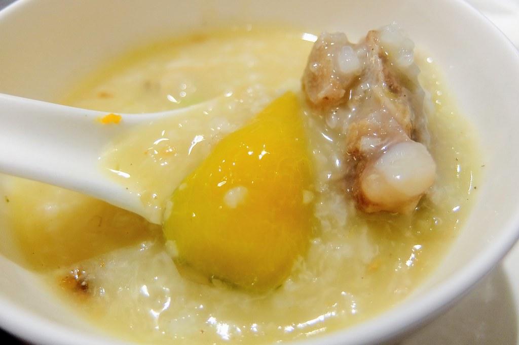 米已經煮到很軟爛,幾乎融化進入湯頭....