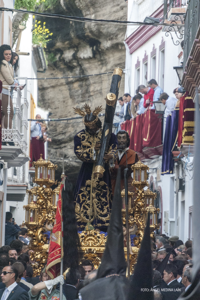 Padre Jesús procesiona por la calle Ronda, tras superar el recodo de la Calle Cantarería y Las Cuevas de la Sombra en uno de los momentos estelares de la Semana Santa de Setenil. Foto: ÁNGEL MEDINA LAÍN