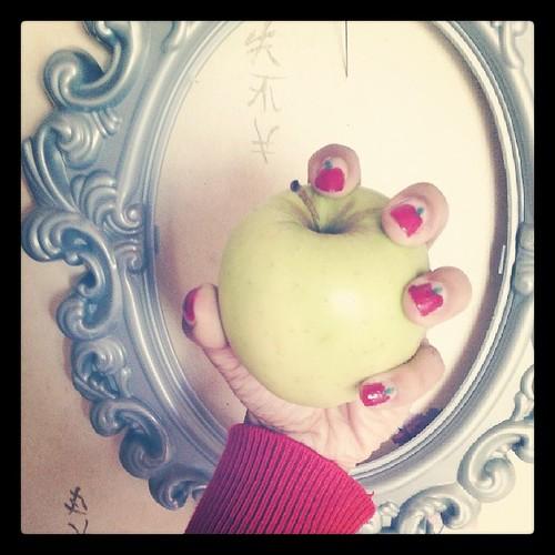 Hihi j'ai tentée de faire des pommes #nailart #ourlittlefamily #france
