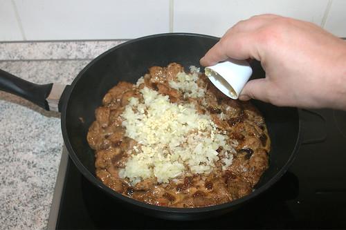 25 - Zwiebeln & Knoblauch hinzufügen / Add onion & garlic