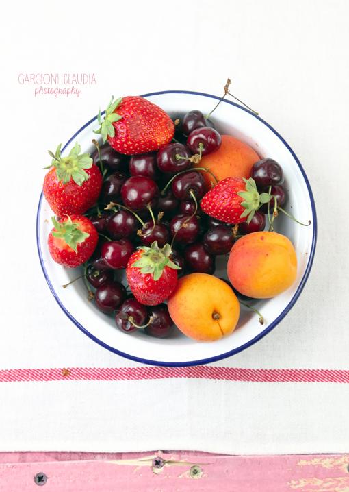 Confettura di ciliegie, fragole e albicocche