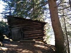 Alte Holzhütte beim Aufstieg zum Wolfskofel