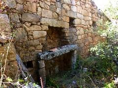 Hameau de Pruna : 1ère grande maison ruinée et sa cheminée