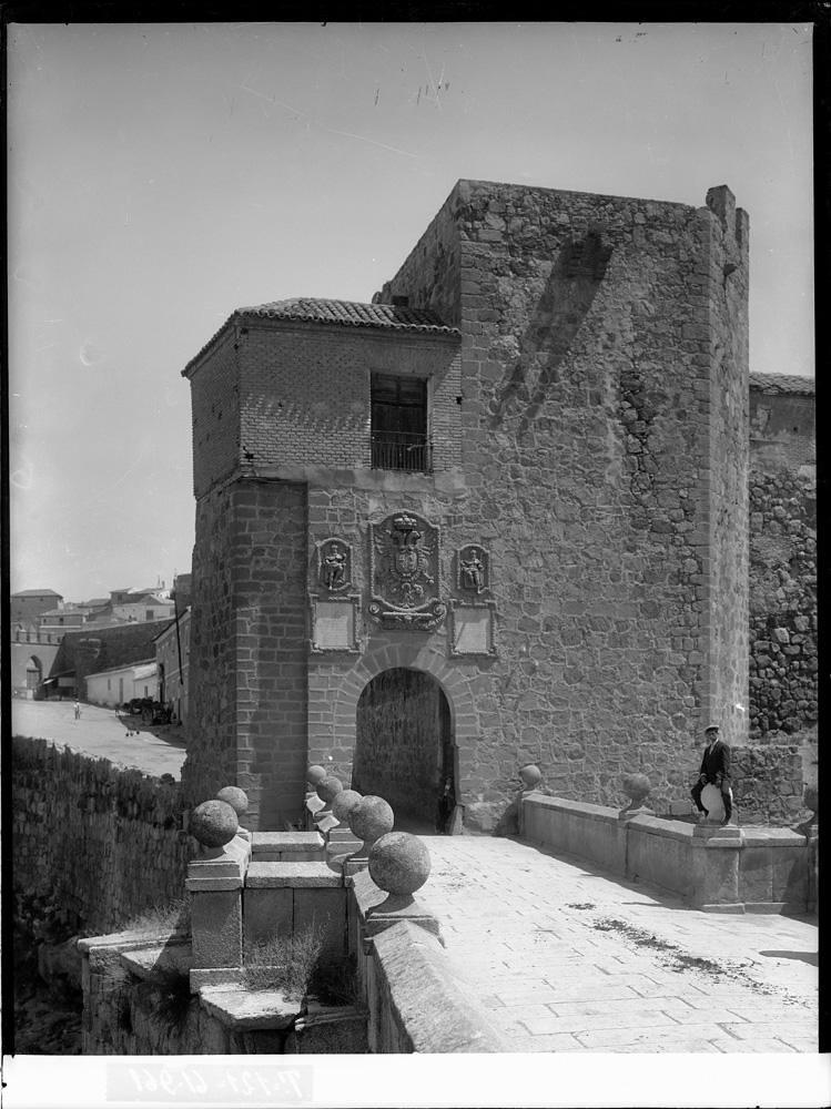 Puente de San Martín a comienzos del siglo XX. Fotografía de J. Lacoste © MECD, Fototeca del IPCE, signatura VN-22635_P