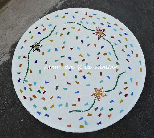 Mesa de mosaico com motivo floral