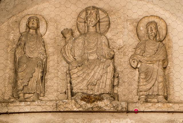 Haut-relief d'époque romane, abbatiale Saint-Léger d'Ébreuil (Allier, France)