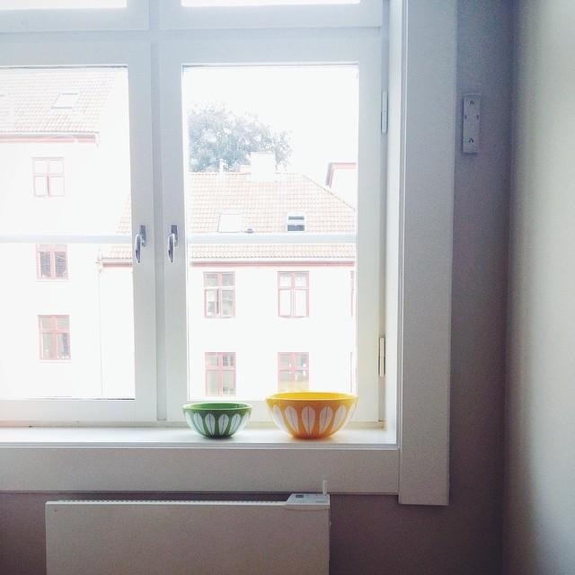baker, smiler, ser ut av vinduet.