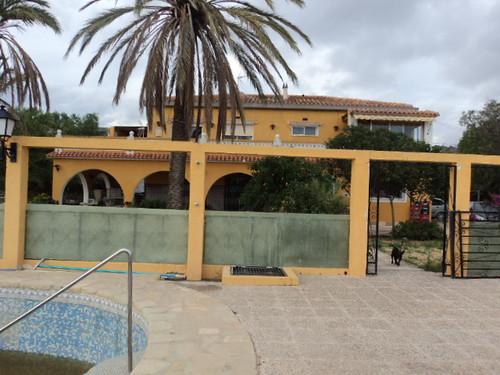 Gran chalet de unos 500 m2 construidos distribuidos en dos plantas con un total de 5 dormitorios.  Consulte precio a su inmobiliaria en Benidorm, Asegil www.inmobiliariabenidorm.com
