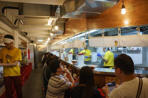一字排開一貫的日式拉麵店佈置