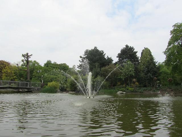 Einen Teich mit Springbrunnen