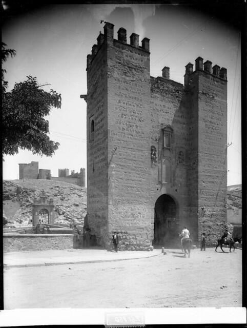 Puente de Alcántara a comienzos del siglo XX. Fotografía de J. Lacoste © MECD, Fototeca del IPCE, signatura VN-22538_P