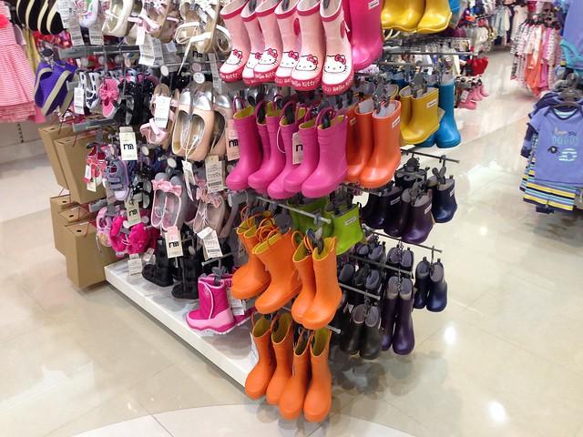 整排的日本stample雨鞋雨靴@mothercare敦南旗鑑店大採購