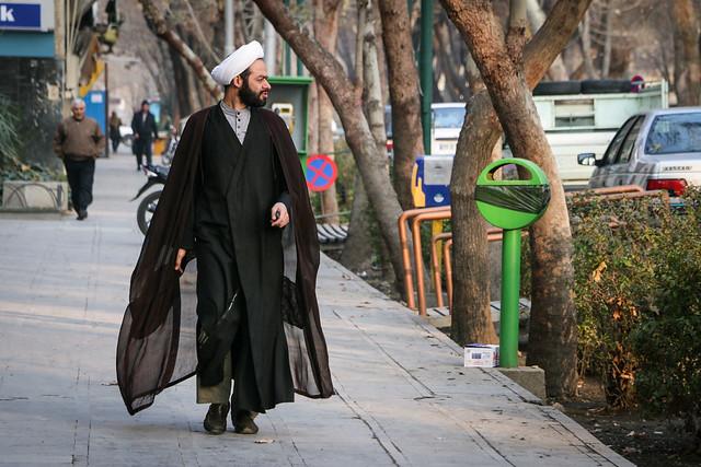 Islamic cleric man walking on the street, Isfahan イスファハン、通りを歩くイスラム聖職者
