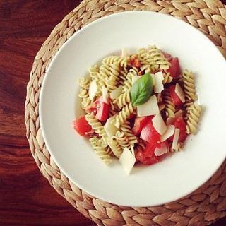 nudeln mit basilikum-pesto und tomaten
