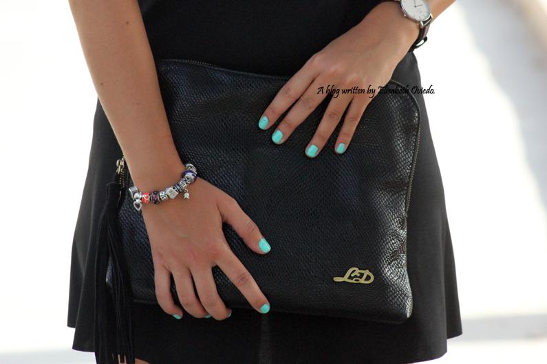 Vestido-negro-flexyandsexy-con-cuñas-azules-yokono-HEELSANDROSES-(10)