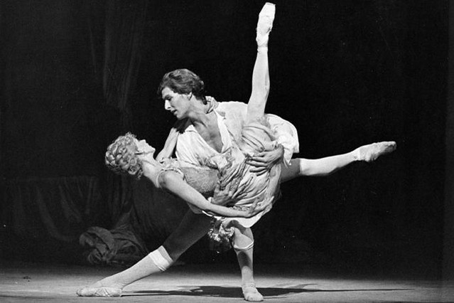 Jennifer Penney as Manon and Wayne Eagling as Des Grieux in Manon © Leslie E. Spatt