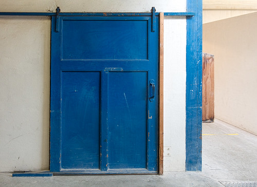 nederlandvandaag deporceleynefles delft delftblue bluedoor ddd earthenwarefactory factory potteryfactory thursdaydoorday thursdaydoorsday sliding door slidingdoor