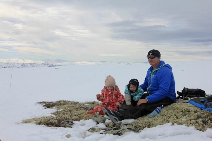 Hiihtovaelluksella lasten kera Norjassa