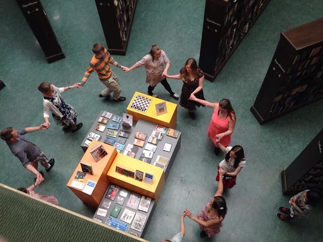 Ungdomsringen og fordjupingsøvinga dansar på biblioteket.