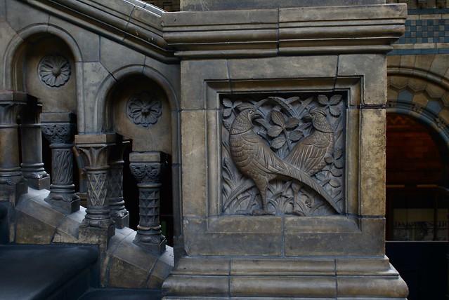 Escalier sculpté de motifs animaux et végétaux au Musée d'histoire naturelle de Londres