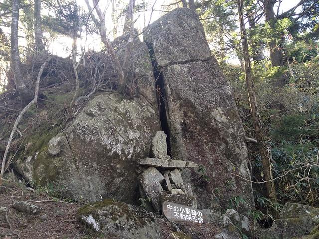 恵那山 中の小屋跡の不動明王像