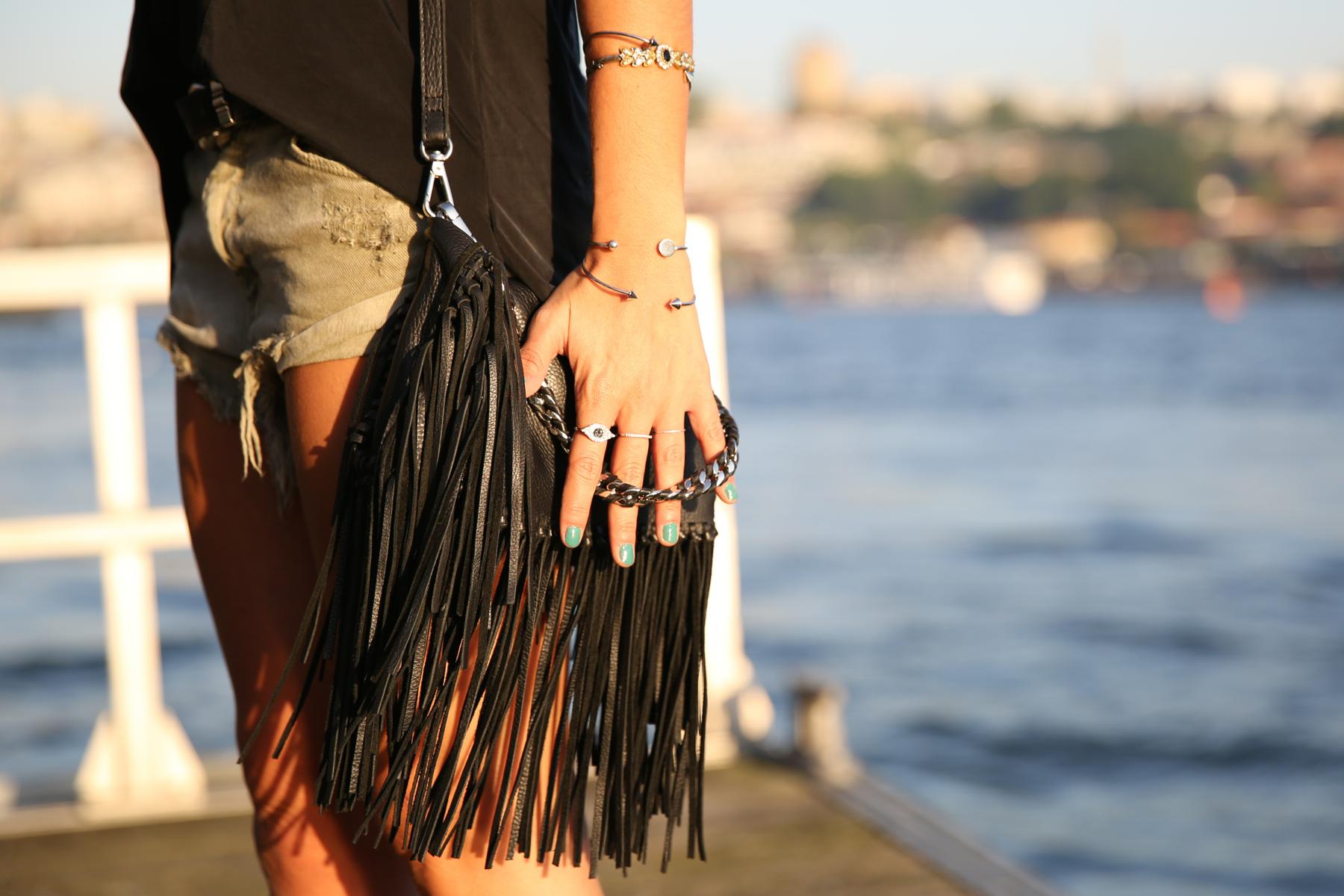 trendy_taste-look-outfit-street_style-ootd-blog-blogger-fashion_spain-moda_españa-salsa_jeans-dior_gafas-bolso_flecos-fringes_bag-khaki_shorts-shorts_caqui-grey_tee-camiseta_gris-verano-porto-portugal-5