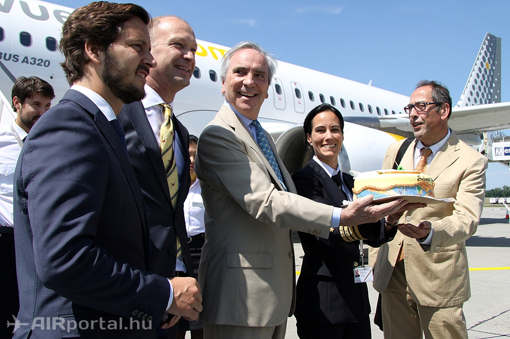 Az ünnepi torta átadása a gép parancsnokának. (Fotó: Csemniczky Kristóf - AIRportal.hu) | © AIRportal.hu