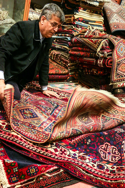 A carpet shop in the grand bazaar, Isfahan イスファハン、バザールの絨毯屋