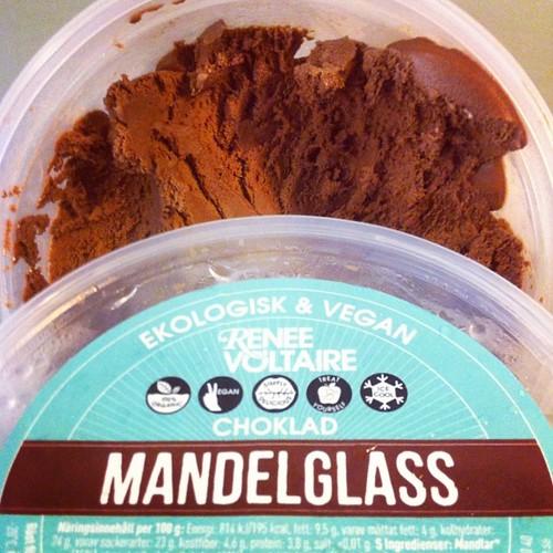 Hurra för @reneevoltaire's krämiga mandelglass med chokladsmak! Högsta betyg! ✌️ #vadveganeräter