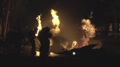 消防員在氣爆現場進行搶救工作。