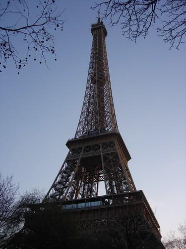 Torre Eiffel en París al atardecer