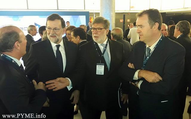 Juan Manuel Gómez, presidente de CONFAES, departe con el presidente del Gobierno, Mariano Rajoy en presencia del presidente de CECALE, Santiago Aparicio.