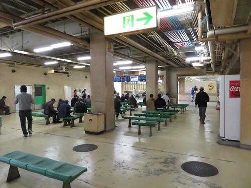佐賀競馬場スタンド1階のゴール寄りベンチ
