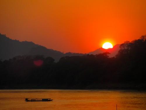 El sol se esconde tras las montañas del norte de Laos