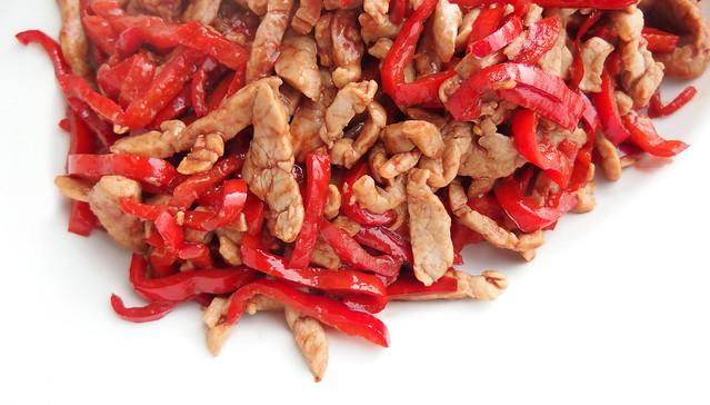 Geroerbakte reepjes varkenshaas met paprika