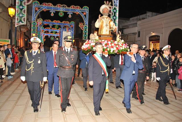 Il sindaco e il presidente Colamussi portano il santo in spalla