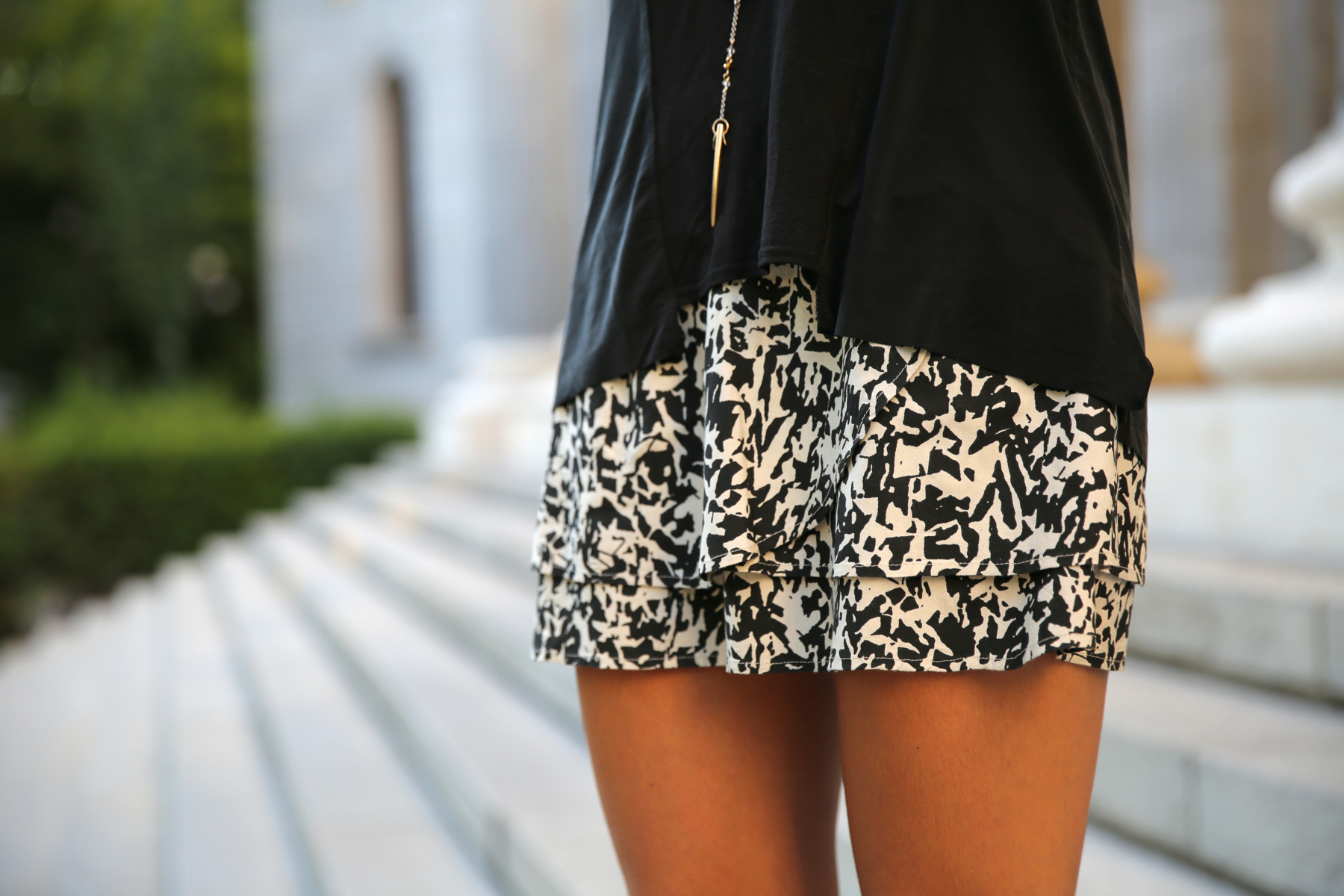 trendy_taste-look-outfit-street_style-ootd-blog-blogger-fashion_spain-moda_españa-animal_print-boho-casual-falda-skirt-black_booties-botines_negros-jeffrey_campbell-zara-bolso_flecos-vintage-2
