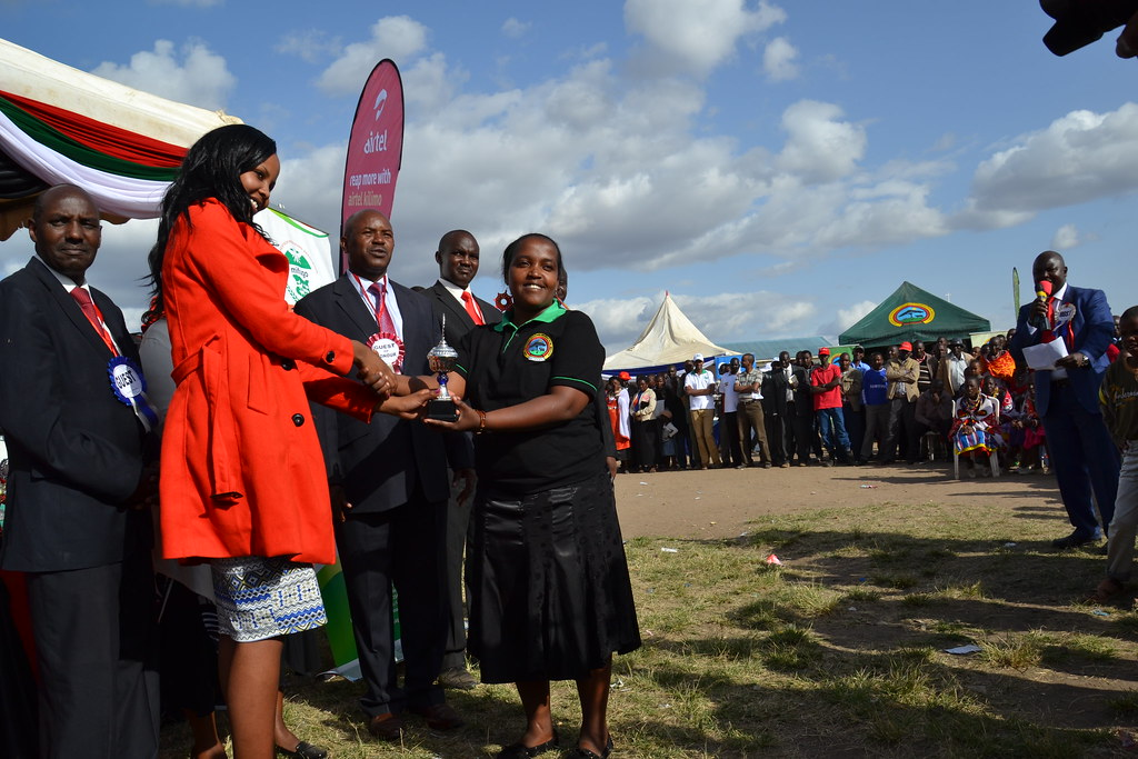 Miss Kajiado County Presents Prize