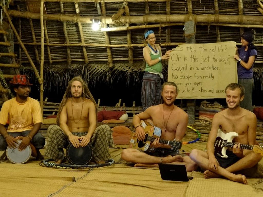 """Noite dos """"não talentos"""" no Sadhana Forest"""