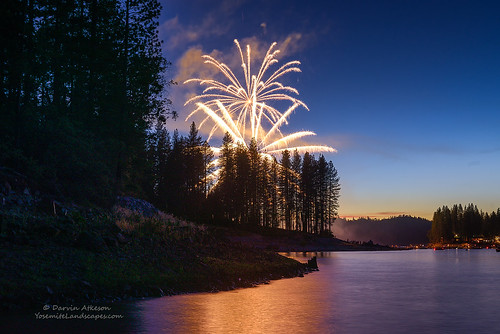 show sky lake mountains forest fire glow fireworks nevada 4th july celebration boating fourth basslake northfork califronia thepines darvin siera darv lynneal yosemitelandscapescom