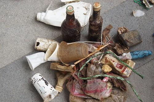 從沙灘上清出各式各樣的垃圾。