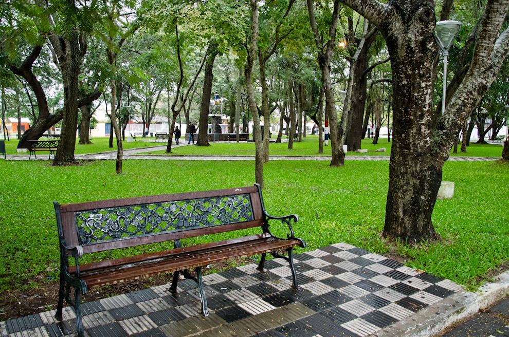 La plaza Mariscal Francisco Solano López, de la ciudad de Pilar, Departamento de Ñeembucú, constituye uno de los mayores atractivos de la ciudad. Con pastos verdes bien cuidados, bancos y esculturas históricas, es un lugar que cautiva a los turistas. (Elton Núñez)