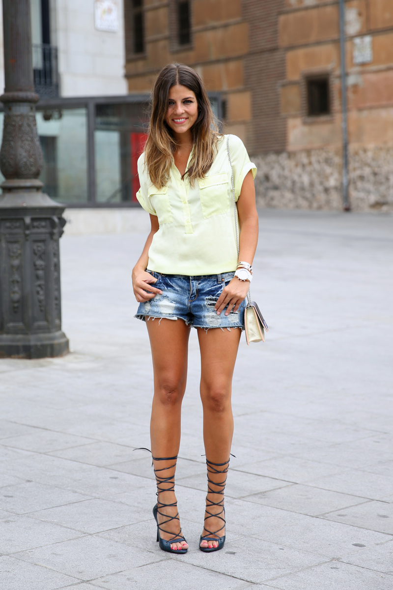 trendy_taste-look-outfit-street_style-ootd-blog-blogger-fashion_spain-moda_españa-yellow_blouse-camisa_amarilla-denim_shorts-shorts_vaqueros-sandalias_romanas-gladiators-mas34-folli_follie-11