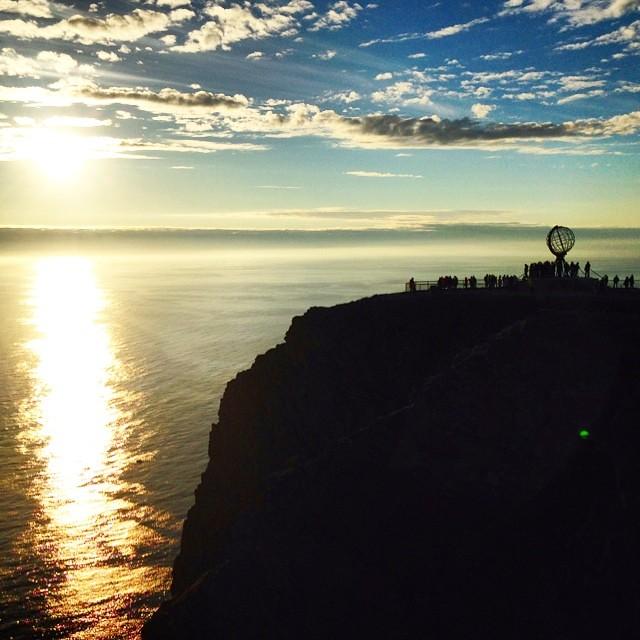 Esperando al sol de medianoche en Cabo Norte de nuevo. Qué espectáculo! #laponianoruega
