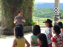 富里鄉永豐國小校長王定一跟孩子們說明課程。