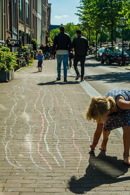 Jugando con tizas en las calles del Jordaan