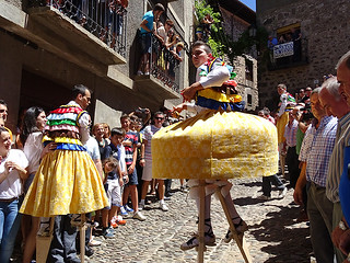 danzador bailando por calle empedrada